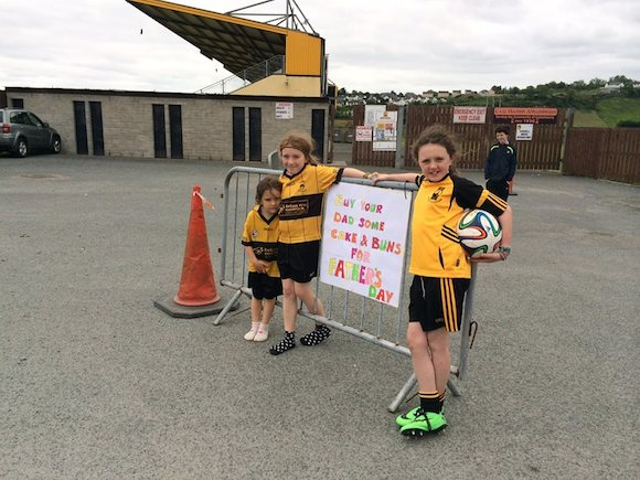 Ailbhe & Siubhan O'Donnell with Aoibhin Randles advertising a very successful cake sale in O'Donnell Park.